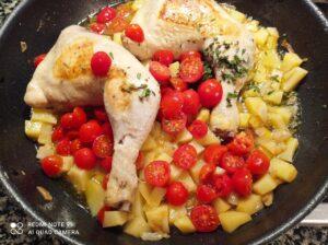 Cosce di pollo con patate e pomodorini